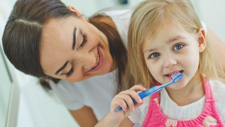 mẹ hướng dẫn trẻ đánh răng sạch sẽ