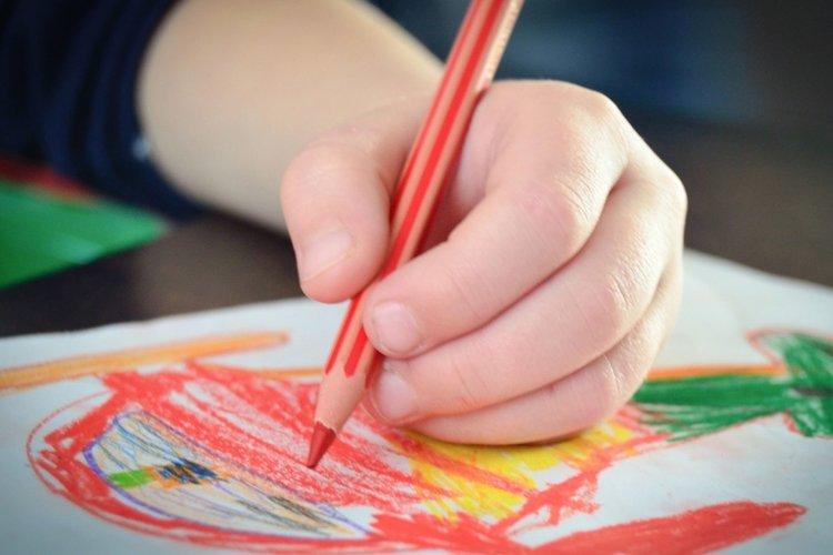 trẻ hiếu động vẽ tranh, tô màu