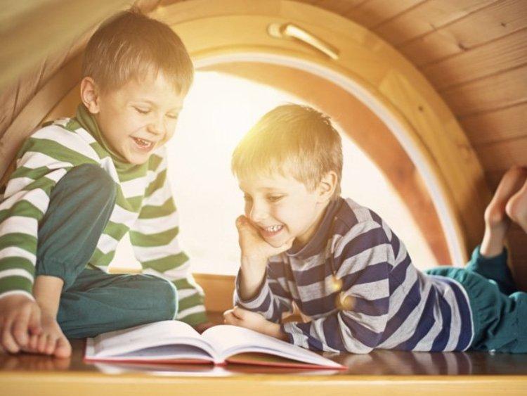 trẻ hiếu động tập trung đọc sách mà trẻ yêu thích