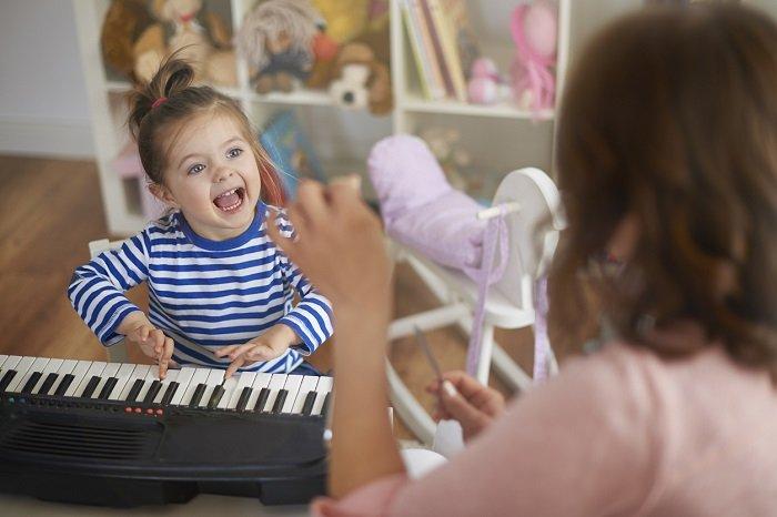 bé học hát