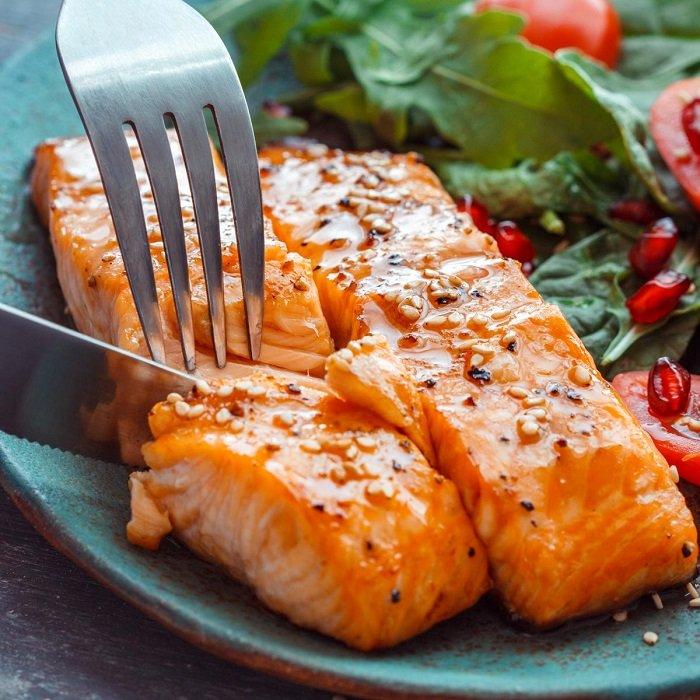 Cá hồi cũng là một trong những loại thực phẩm mẹ nên ăn khi trẻ thiếu máu