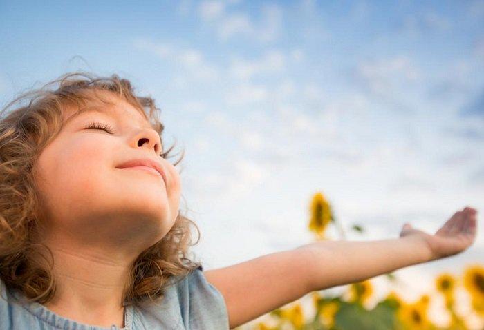 Tắm nắng đúng cách sẽ giúp hạn chế tình trạng còi xương ở trẻ nhỏ.