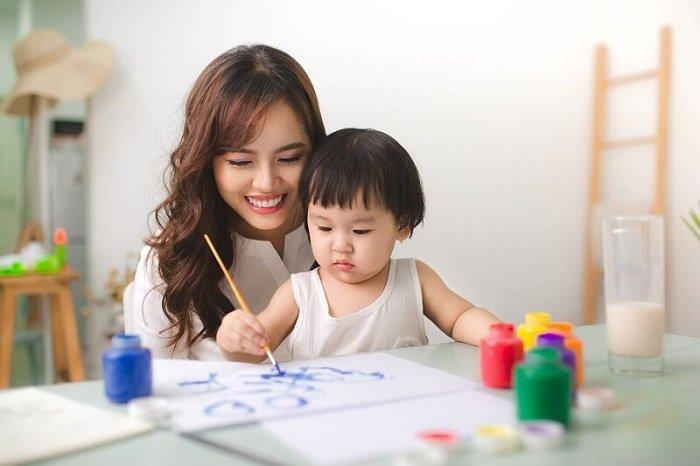 Tư thế ngồi rất quan trọng trong việc dạy bé vẽ tranh.