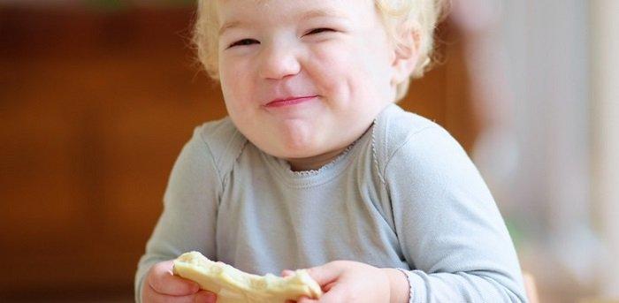 bé mấy tháng ăn được phô mai bò cười