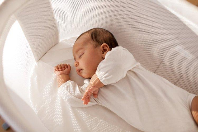 trẻ sơ sinh ngủ 14-15 tiếng mỗi ngày