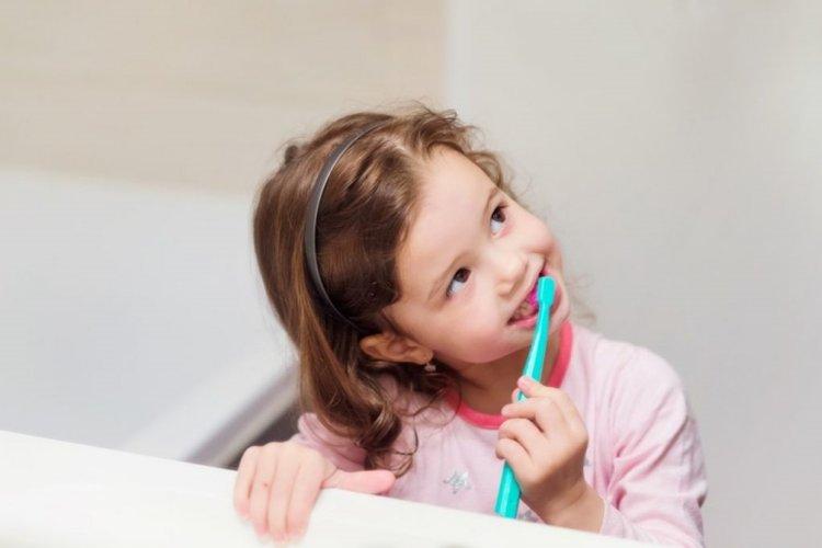 thơ cho bé 5 tuổi dạy bé gái đánh răng, dạy trẻ vệ sinh răng miệng