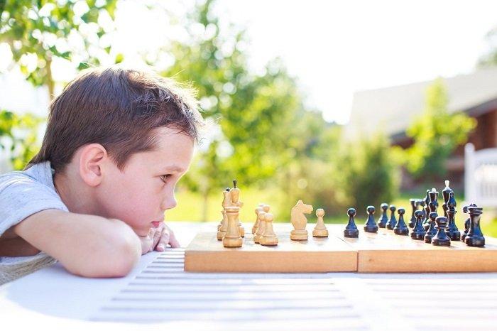 Em bé chơi cờ vua một mình