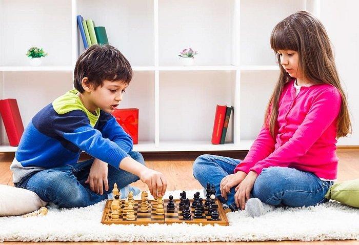 Hai chị em chơi cờ vua với nhau