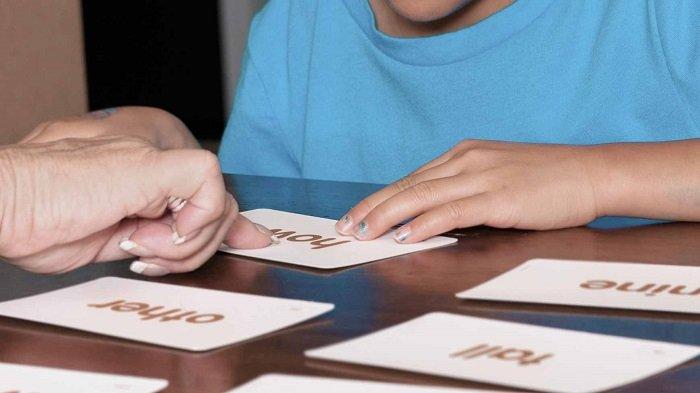 bé học bằng thẻ flashcard