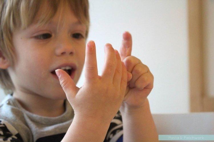 trẻ tập đếm số trước khi bố mẹ ddạy trẻ xem giờ đúng trên đồng hồ