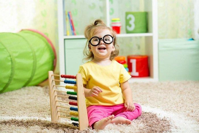 Em bé học toán soroban tại nhà.