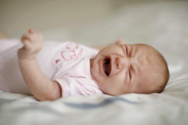 trẻ sơ sinh bị khó ngủ và quấy khóc liên tục
