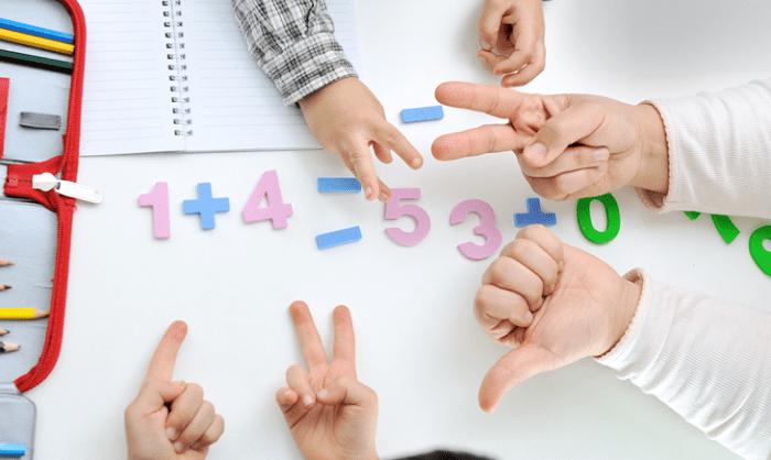 Các bé học toán theo Finger Math.
