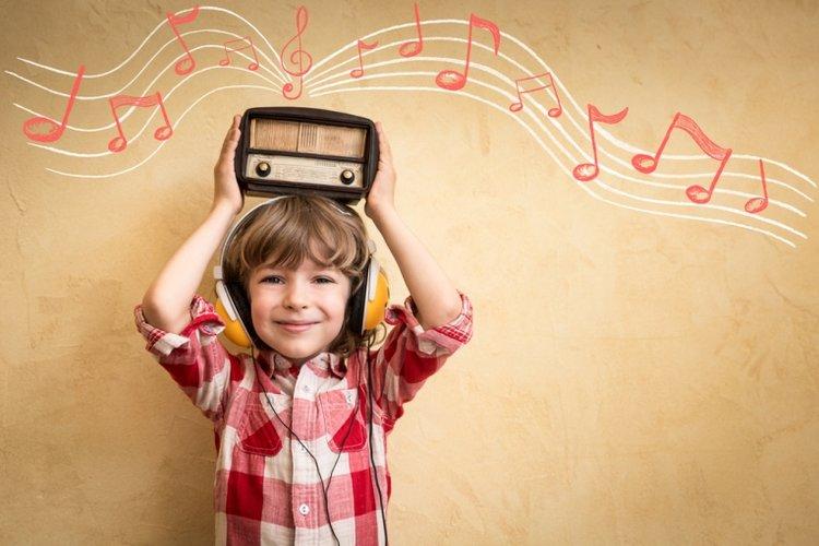 trẻ nghe các bài hát ngoại ngữ để tắm ngôn ngữ tiếng Anh và các thứ tiếng khác