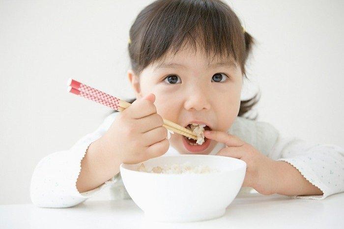 trẻ 3 tuổi không chịu ăn cơm