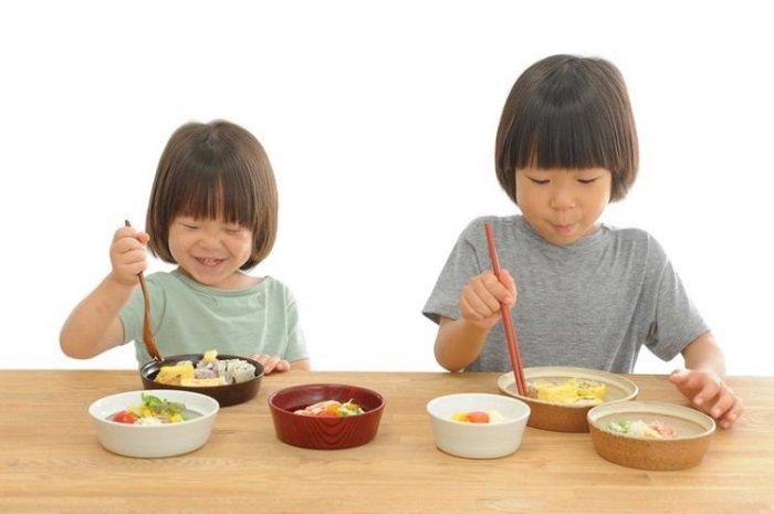 Biến việc ăn cơm thành trò chơi là một trong những phương pháp giải quyết cho câu hỏi bé không chịu ăn cơm phải làm sao