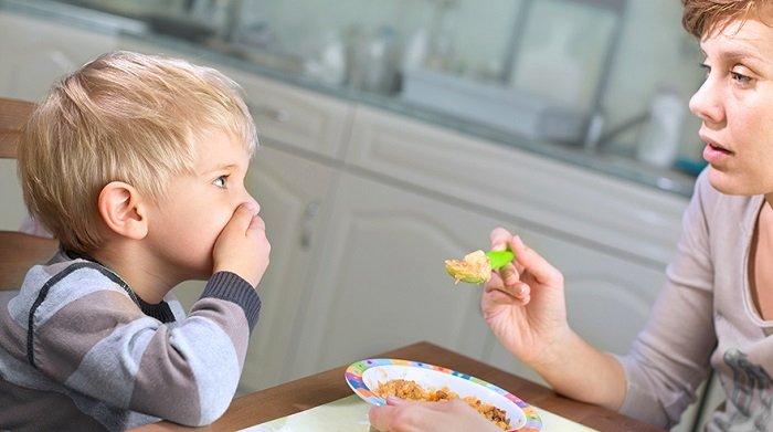 trẻ ăn hay ngậm