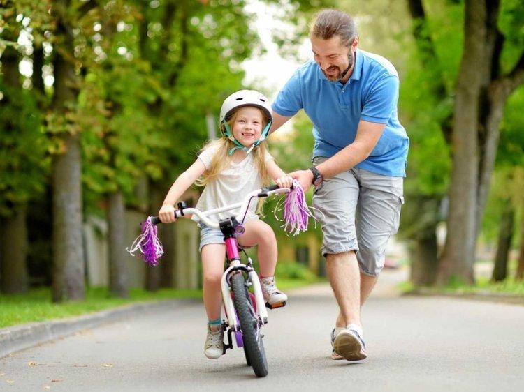 bố tập thể dục cho bé bằng cách dạy bé đi xe đạp