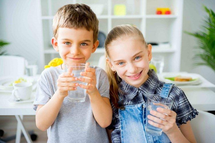 trẻ nên uống bao nhiêu nước một ngày? Trẻ trên 10 tuổi cần uống 2-2,5 lít nước
