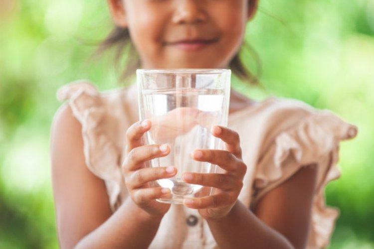 trẻ em nên uống bao nhiêu nước mỗi ngày