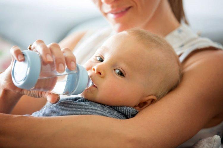 trẻ sơ sinh uống nước có được không