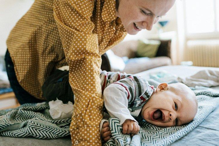 mẹ giúp bé tập lẫy