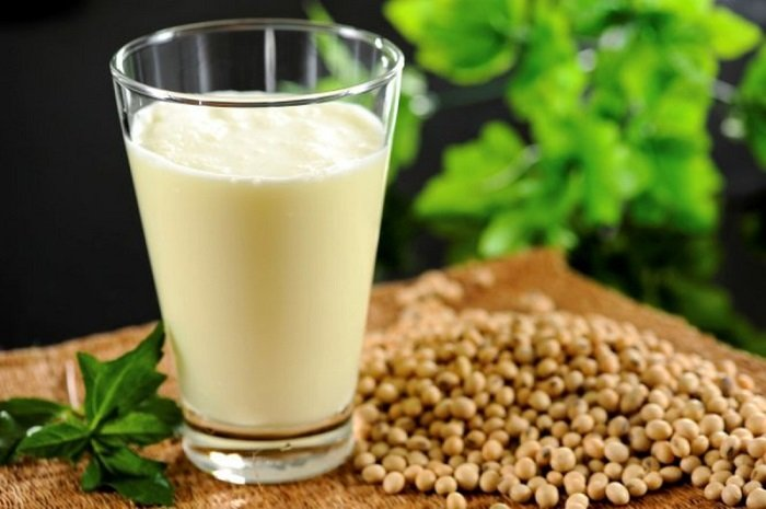 Sữa bò và các loại hạt cũng dễ khiến trẻ dưới 1 tuổi bị dị ứng.