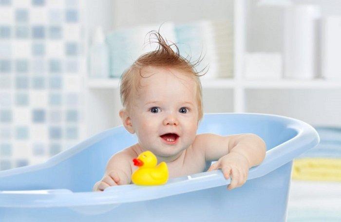 em bé tắm