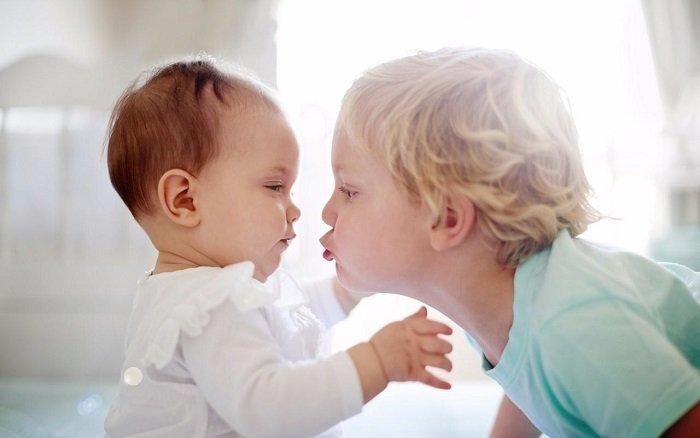 bố mẹ nên làm gì khi trẻ có thêm em