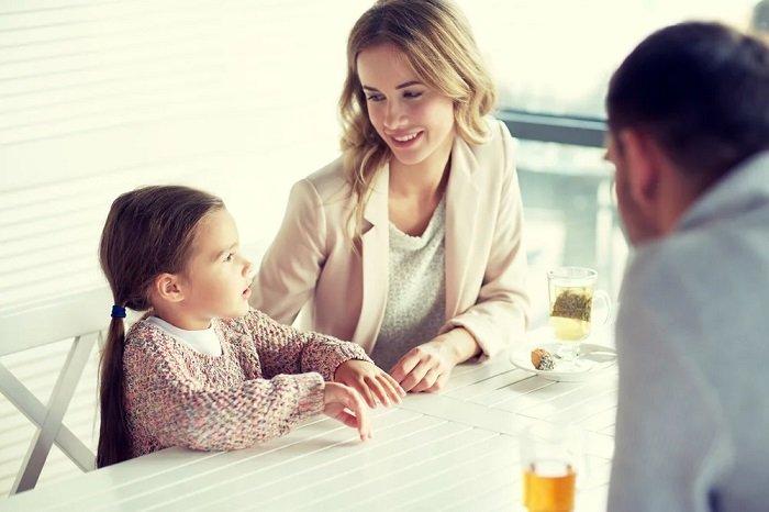 bố mẹ trò chuyện với trẻ