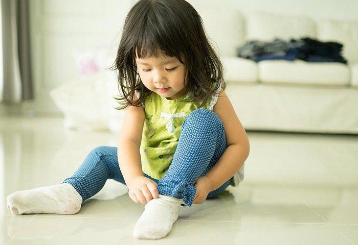 dạy trẻ cách mặc quần áo và đi giày
