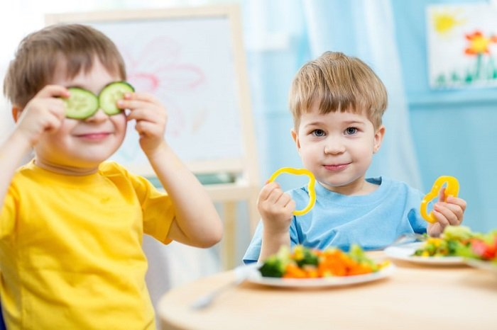 bé ăn rau