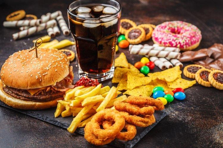 đồ ăn nhanh, nước ngọt có gas, đồ ngọt có thể khiến bệnh tiêu chảy trở nên nặng hơn