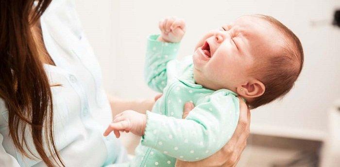 bé sơ sinh khóc