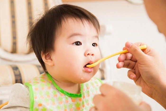em bé ăn dặm truyền thống.