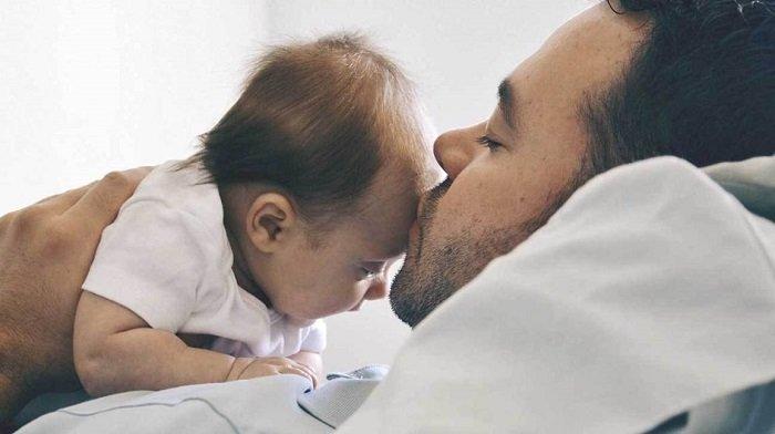Thay vì hôn trẻ sơ sinh, bố mẹ có thể hiện tình cảm bằng cách khác.