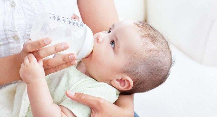 Em bé bú sữa.