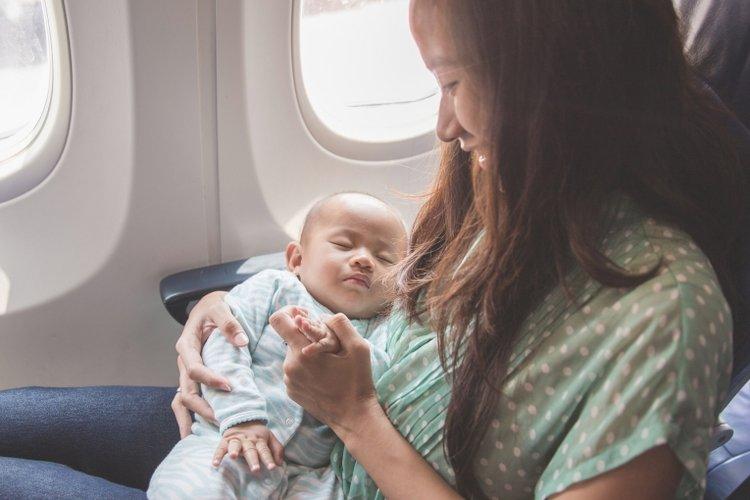 mẹ giúp bé sơ sinh thoải mái hơn khi đi máy bay