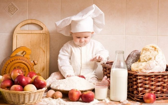 Một trong những điều bố mẹ cần lưu ý đầu tiên trong quá trình dạy nấu ăn cho bé đó là không cho phép bé nếm đồ ăn mà chưa được cho phép.