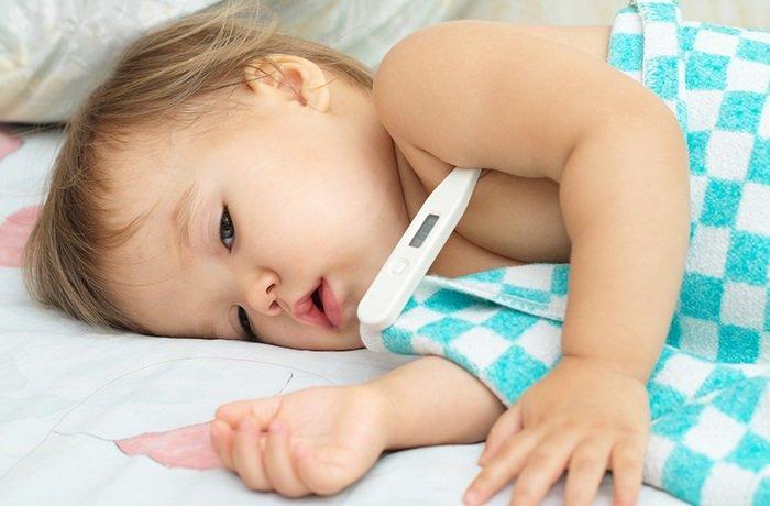 Nếu chưa biết khi nào cho trẻ uống thuốc hạ sốt là hợp lý, bố mẹ có thể hỏi tư vấn từ bác sĩ.