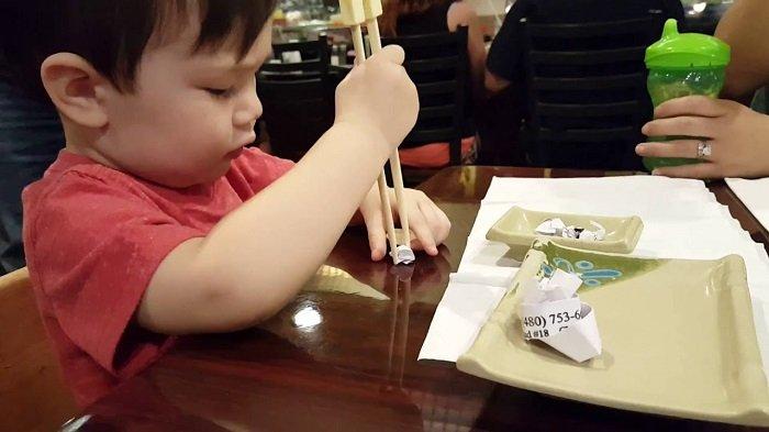 bé dùng đũa