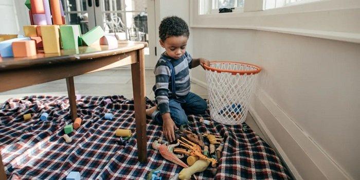 bé dọn đồ chơi