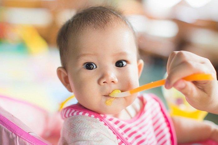 Em bé không muốn ăn một mình