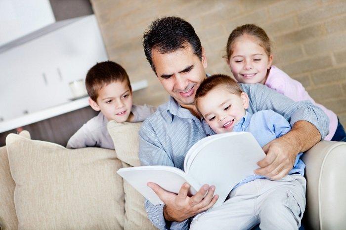 Gia đình đọc sách.