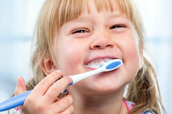 Bố mẹ cần nắm chắc các bước dạy bé đánh răng đúng cách
