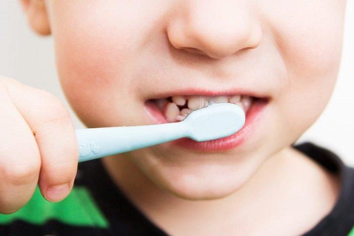 Em bé đánh răng
