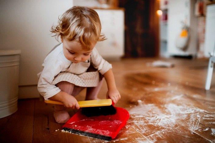 Để dạy bé dọn dẹp đồ chơi, bố mẹ cần chỉ rõ cho bé thấy thế nào là bừa bộn.