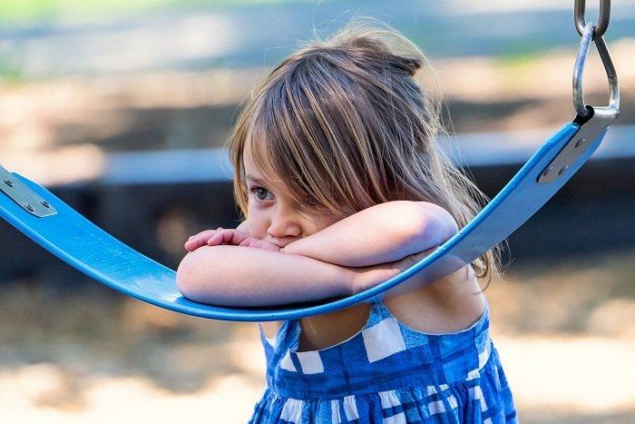 bé gái buồn, khó khăn trong giao tiếp
