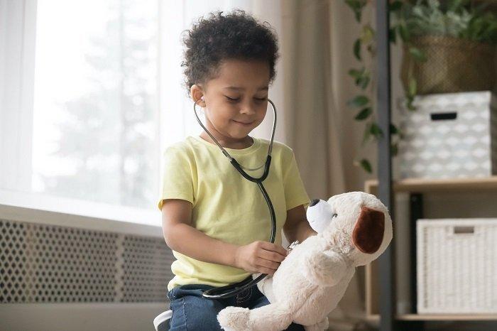 bé khám bệnh cho thú bông, trẻ bị rối loạn giao tiếp