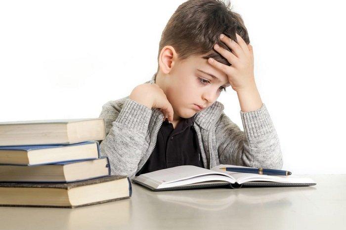 bé trai đọc sách, trẻ mắc chứng khó đọc